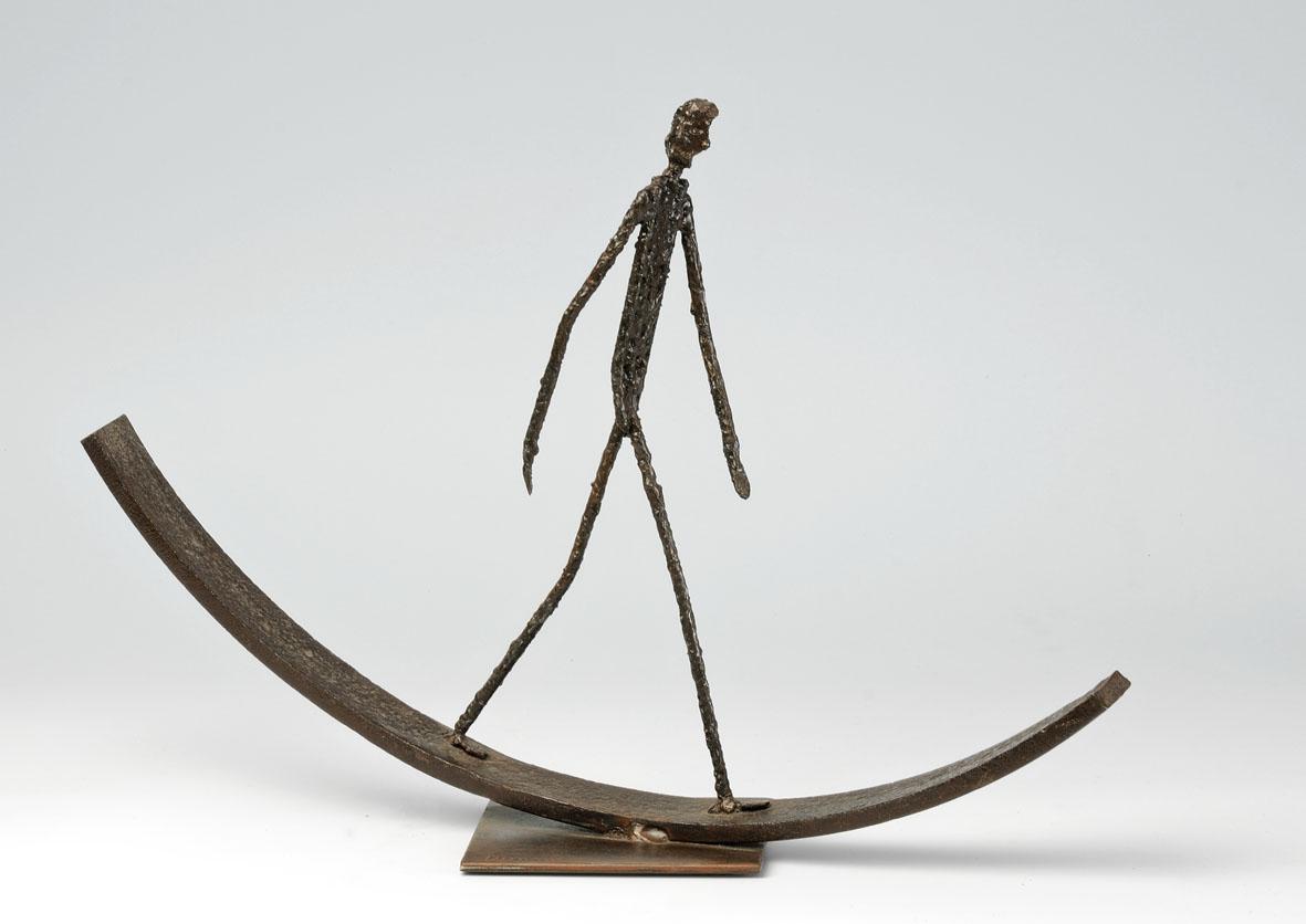 personnage en équilibre sur plaque courbée
