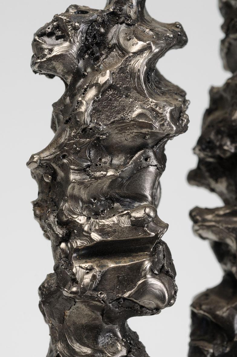 colonne de métal creusée (détail)