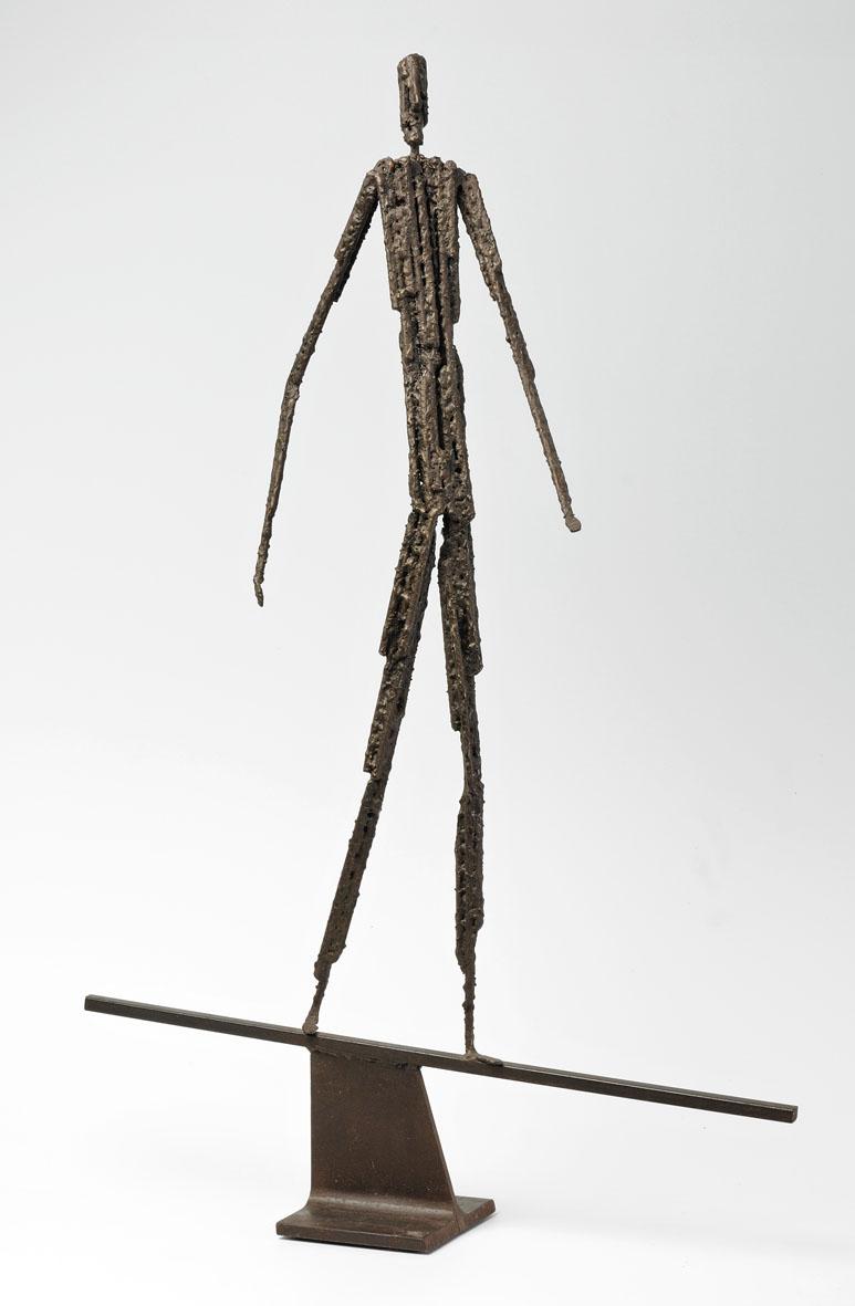 personnage en équilibre sur barre droite