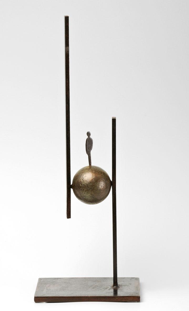 personnage en équilibre sur sphère