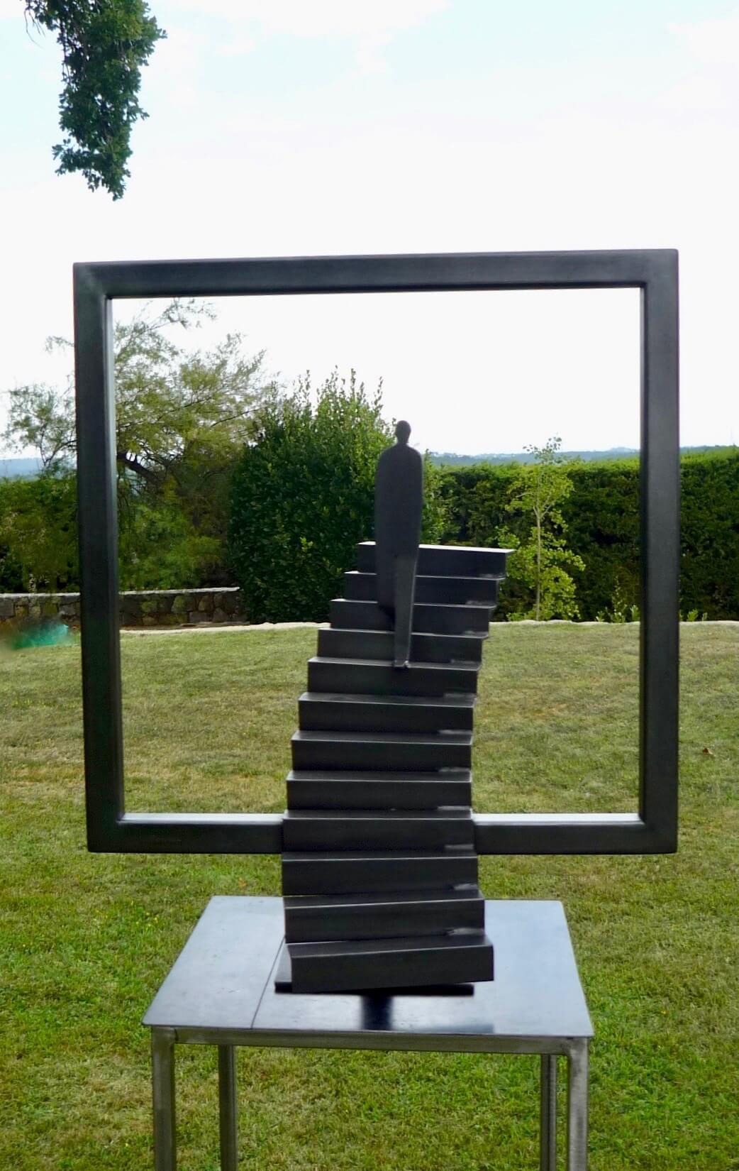 cadre métallique avec personnage et escalier