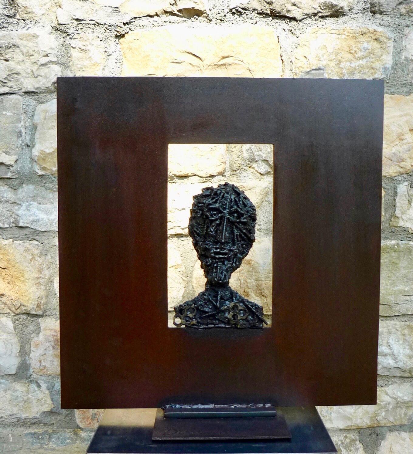 visage avec cadre métallique